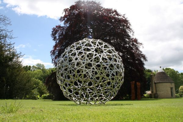 Spherical globe like ball shaped round abstract for Statue moderne jardin